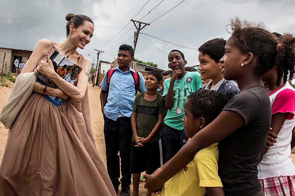 44-летняя Анджелина Джоли отправилась с благотворительной миссией в Венесуэлу