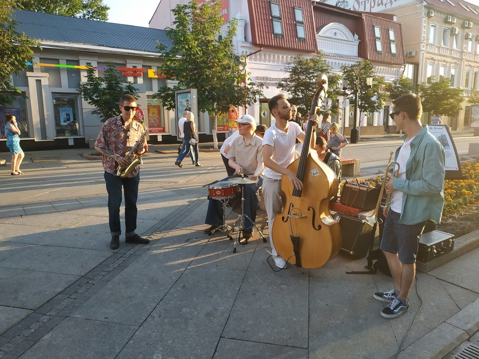Уличные музыканты - центр притяжения гуляющих горожан
