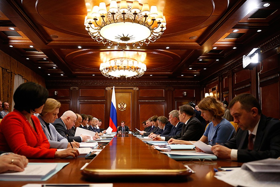 Дмитрий Медведев поднял вопрос о росте цен на бензин. Фото: Дмитрий Астахов/ТАСС