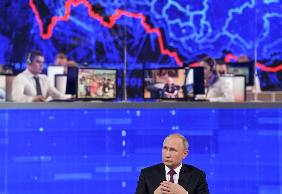 Президент РФ Владимир Путин во время Прямой линии