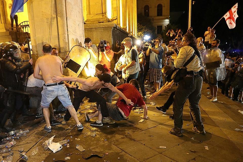 В ходе беспорядков были ранены 70 человек.