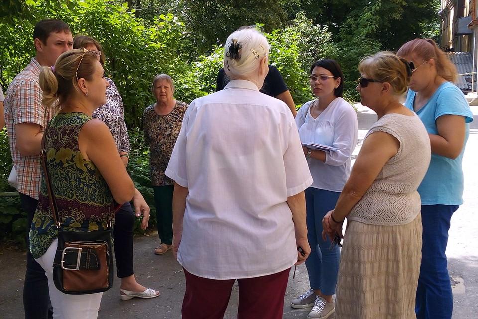 Виктория Сорокина доказывает жителям, что ремонт сделан качественно.