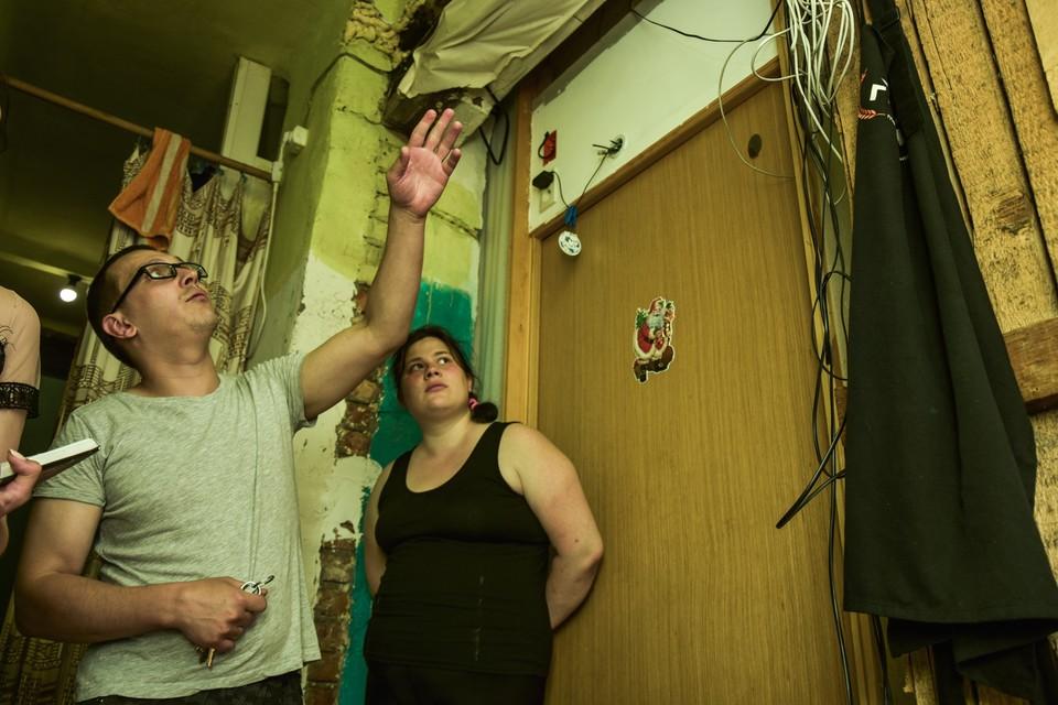 Жильцы бараков показывают, в каких условиях живут.