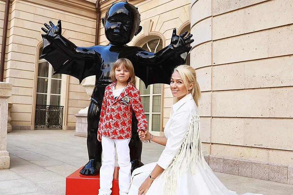 Яна Рудковская с сыном Сашей.