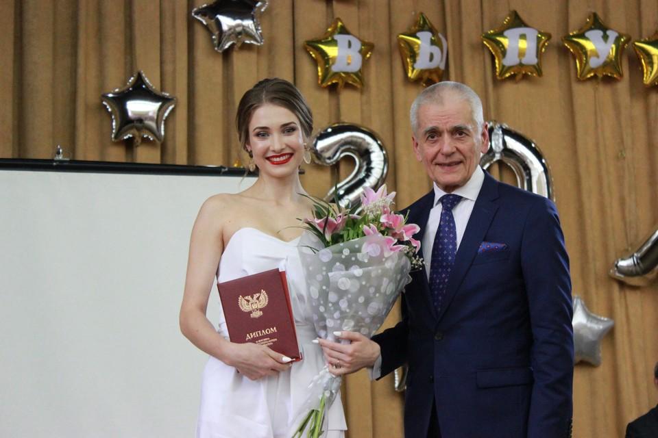 Геннадий Онищенко вручал выпускникам дипломы