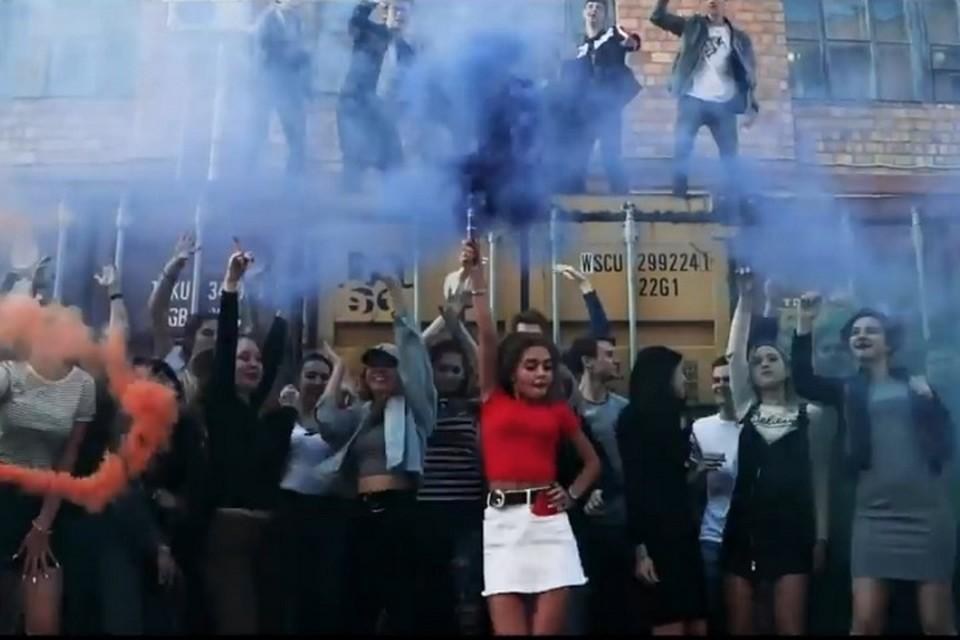 Скандальные выпускники из Владивостока, устроившие БДСМ-перформанс в школе, записали новое видео
