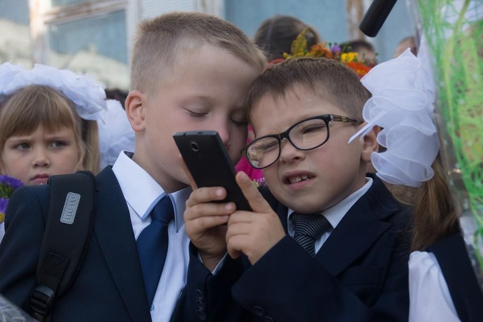 Роспотребнадзору поручили разработать запрет на мобильные телефоны в школах уже к 1 сентября