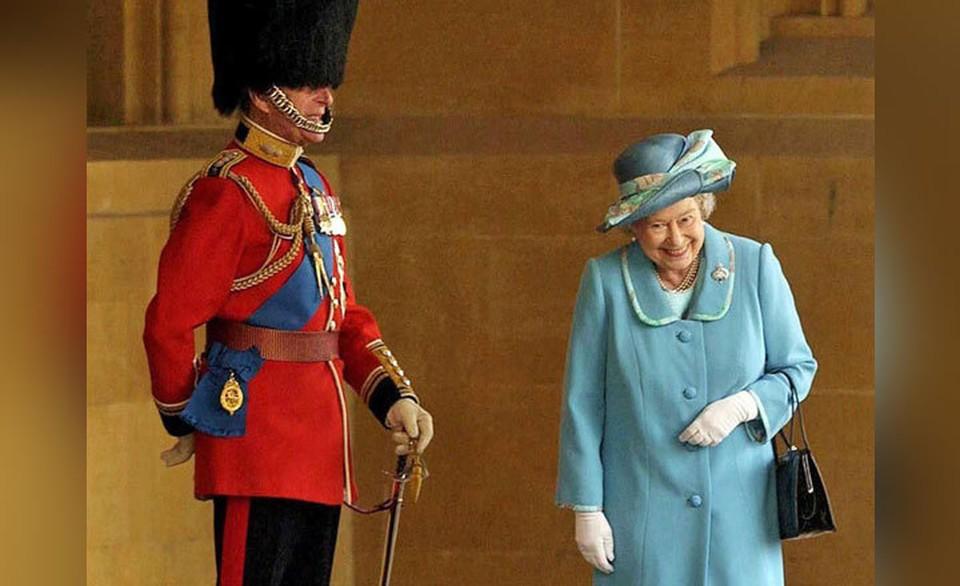 Посети гуляют снимки смеющейся королевы Елизаветы. Фото: SIPA/East News