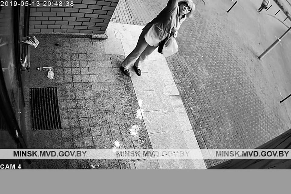 Пенсионерка сначала прикрепила на дверь какие-то листовки, а потом вылила на здание масло из бутылки. Фото: ГУВД Мингорисполкома.