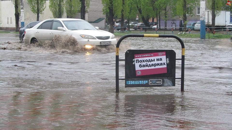 Движение по городским улицам в дождь иногда превращается в приключение.