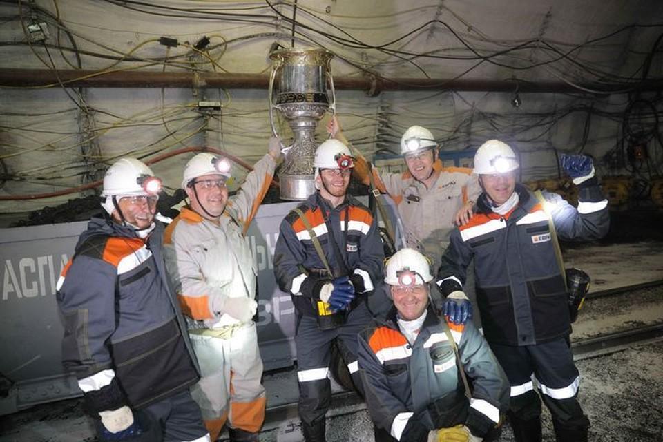 Илья Сорокин с Кубком Гагарина спустился в кузбасскую шахту. ФОТО: Денис Рассохин.
