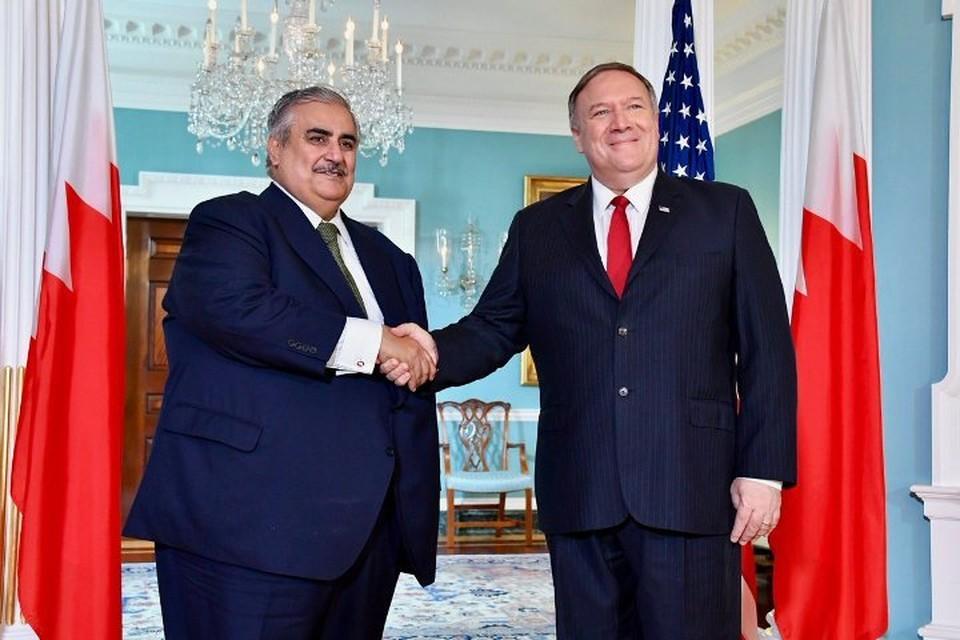 Госсекретарь США Майк Помпео (справа) с главой МИД Бахрейна Халедом бен Ахмед аль-Халифой. Фото: Twitter/Secretary Pompeo