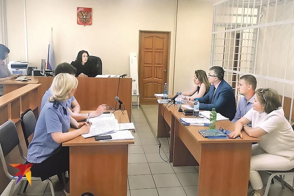Судья во время процесса над корреспондентом «КП» Евгенией Острой (четвертая справа) пытается понять, в чем обвиняют упрямого журналиста. Не в упрямстве ли?