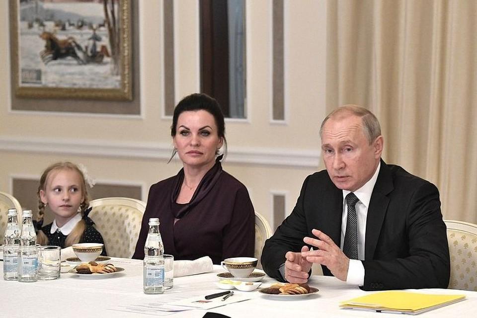 """Владимир Путин """"по-семейному"""" поговорил с близкими героев-подводников"""