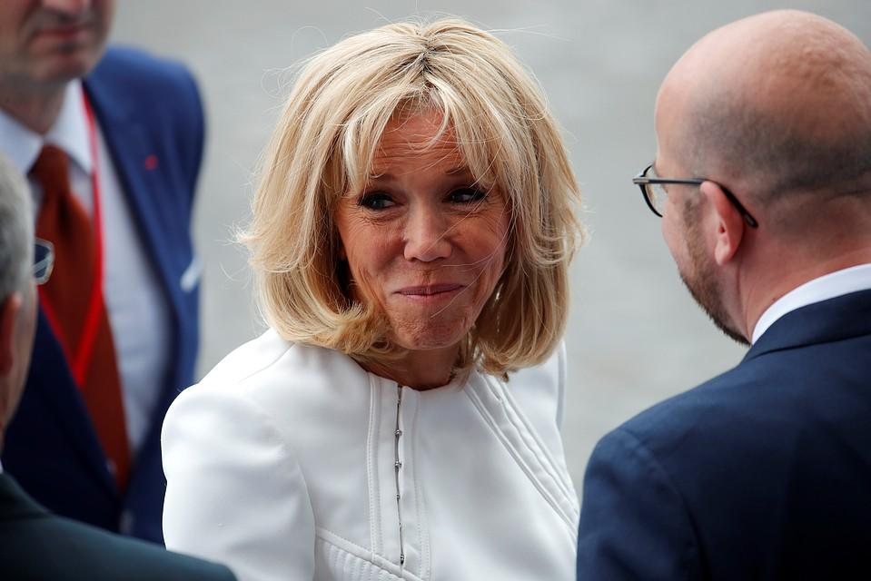 Брижит Макрон на праздновании в честь Дня взятия Бастилии. По данным источников, спустя три дня после этого фото супруга французского президента отправилась в клинику