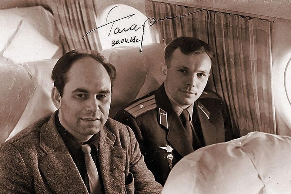 Василий Михайлович был первым, кто взял интервью у Юрия Гагарина. На этом снимке Песков и Гагарин летят в Москву. Вся страна увидит его на Красной площади только на следующий день, а репортаж в «Комсомолку» уже передан и печатается.