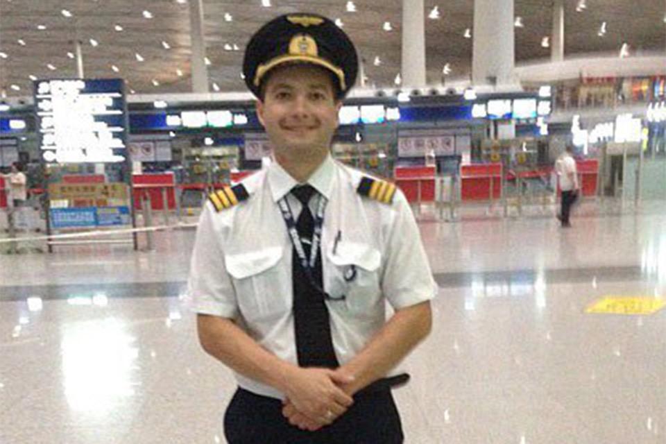 Пилот совершившего аварийную посадку самолета Дамир Юсупов.