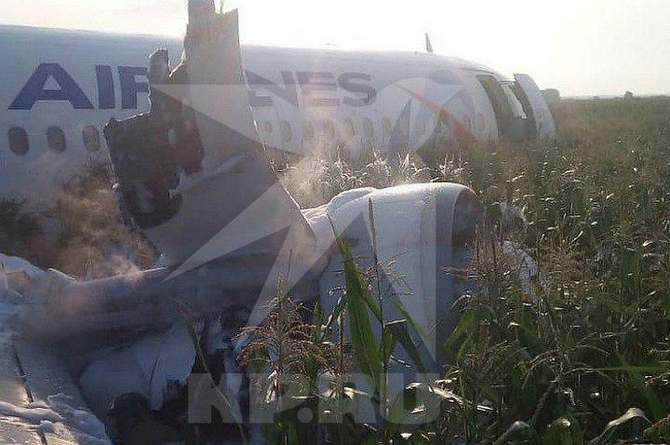 Видео жесткой посадки самолета Москва-Симферополь в поле появилось в сети