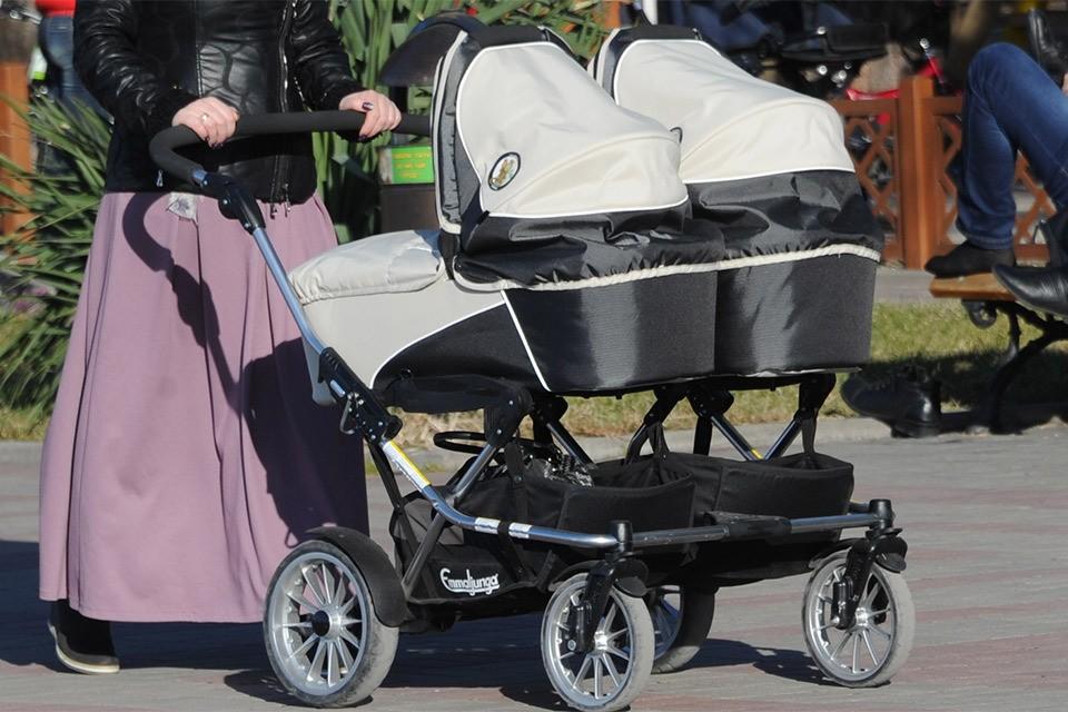 Пятеро семнадцатилетних мам в России за прошлый год родили своих пятых детей.
