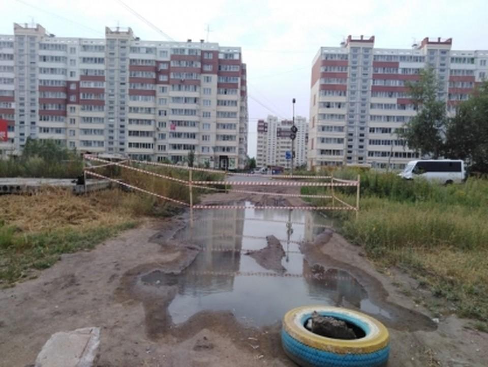 Ребенок обходил лужу и провалился в яму с кипятком. ФОТО: Следственный комитет по Омской области