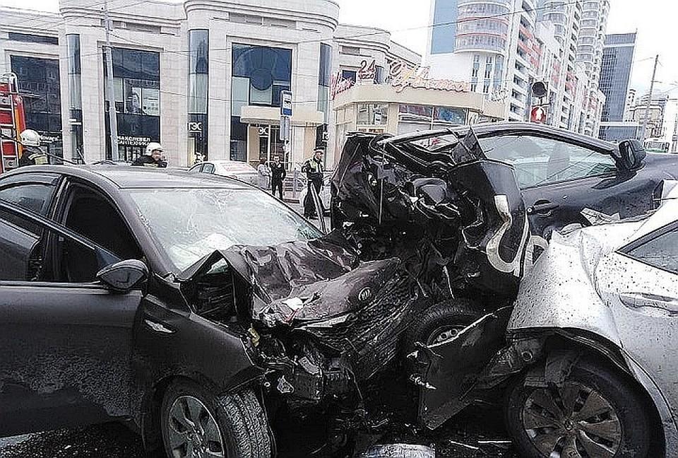 Авария на Малышева произошла утром 4 августа. Фото: пресс-служба ГУ МЧС по Свердловской области