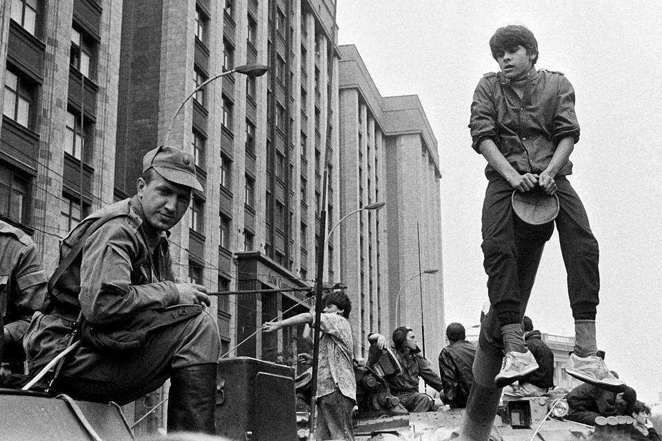 Август 1991 года, бронетехника в центре Москвы.