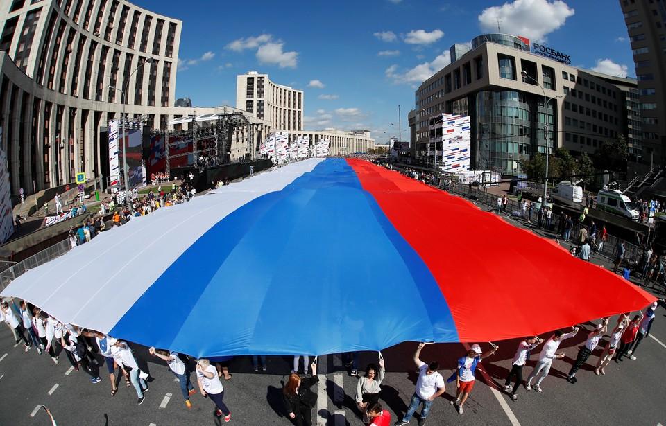 Флешмоб приурочен к празднованию Дня флага России