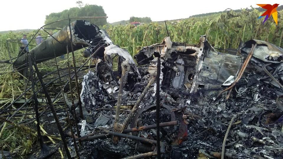 Пилот не смог выбраться из кабины вертолета. Фото предоставлено очевидцами