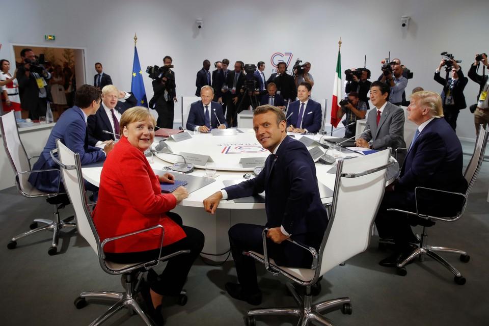 Ангела Меркель за столом с другими лидерами стран-участниц Группы семи