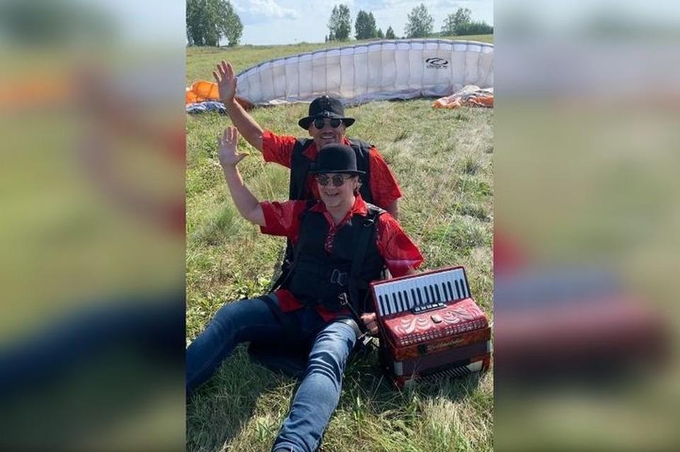 Парапланерист из Новосибирска поднял аккордеониста под облака. Фото: Андрей Кращук