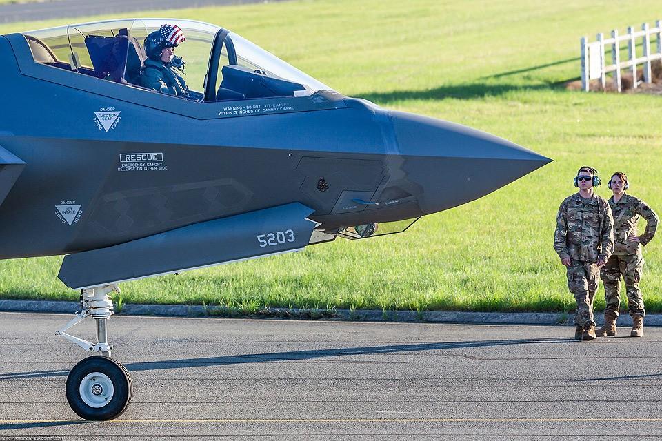 Американский истребитель-бомбардировщик пятого поколения F-35 перед полетом на авиашоу во Франции.
