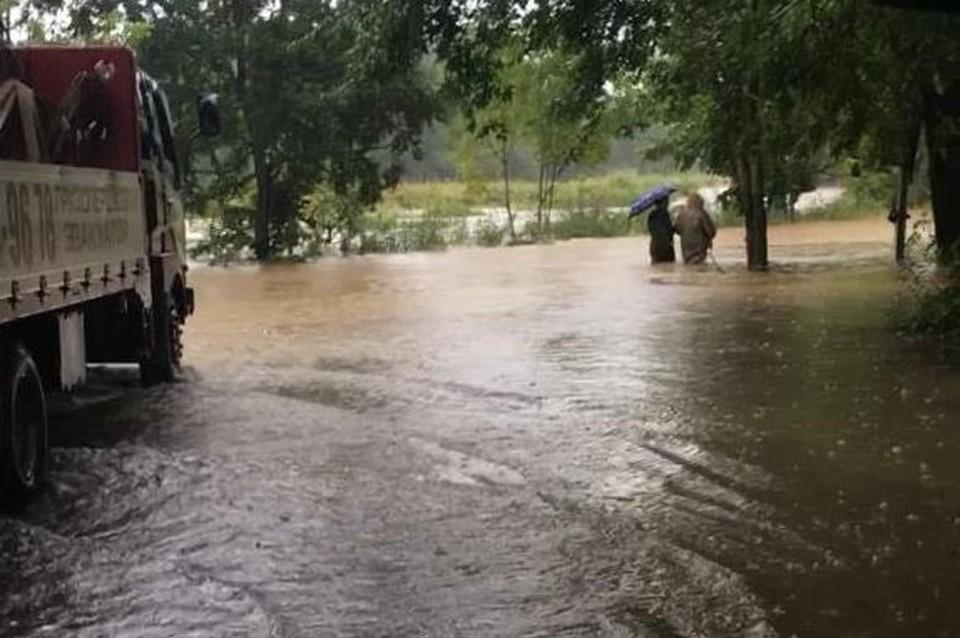 Пригород Владивостока уходит под воду, людей эвакуируют