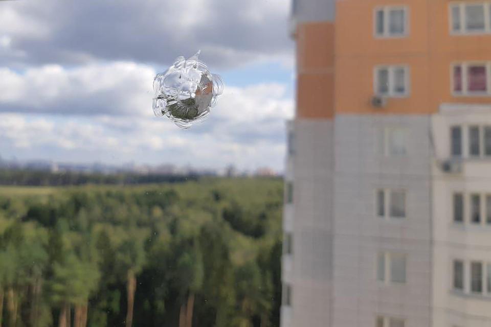 Стеклопакеты были пробиты почти насквозь, причем неизвестный стрелок делал сразу несколько залпов по одним и тем же окнам