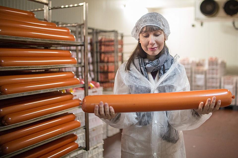 По данным специалистов в переработанном мясе, а к нему относят колбасы, сосиски и даже бекон, содержится всего около 15% мяса
