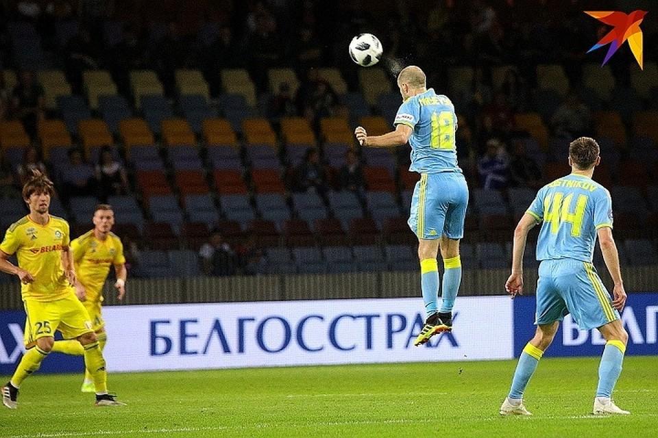 Иван Маевский выбивает мяч головой.