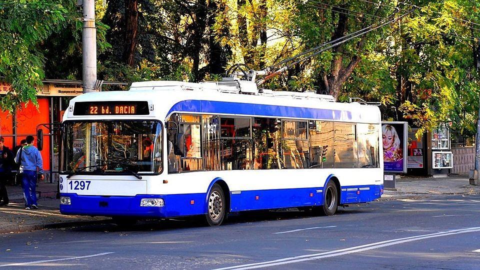 Шок в Кишиневе: Мужчина в троллейбусе на глазах у пассажиров сексуально домогался девушки в извращенной форме