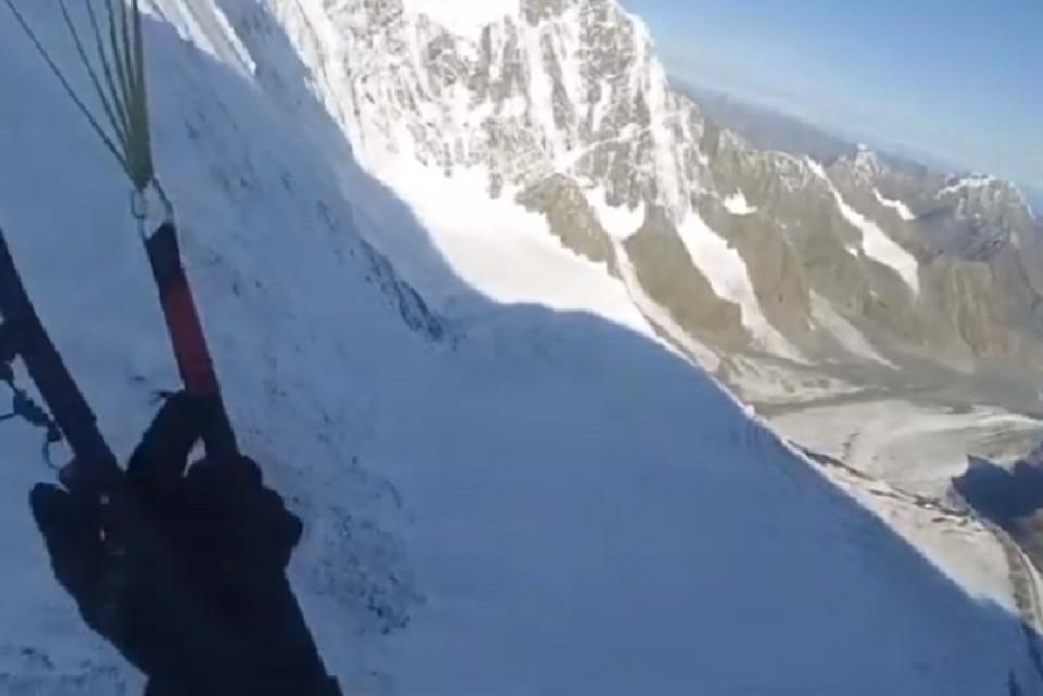 "Сибиряк спустился с горы ""Белуха"" на параплане. Фото: кадр из видео"