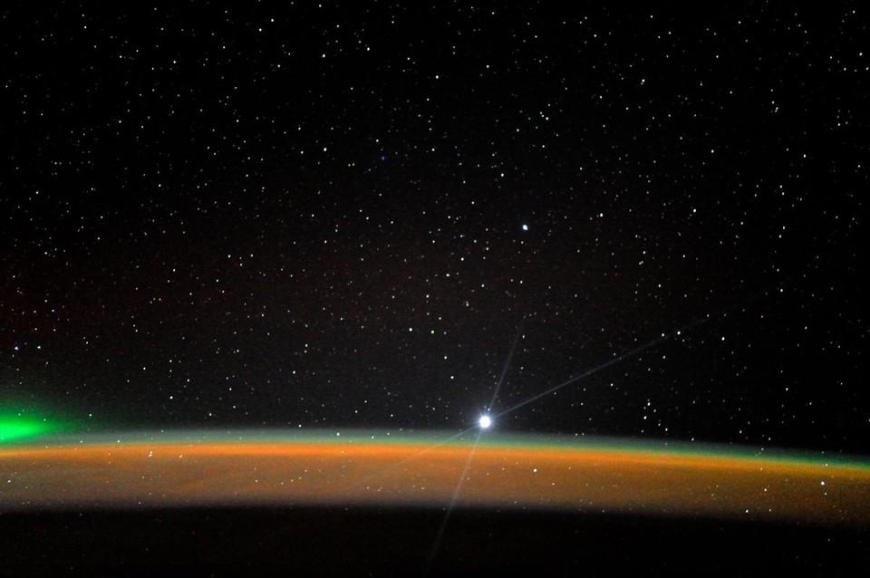 Венера в телескоп кажется совершенно белой