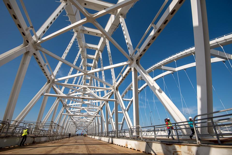 Железнодорожная часть крымского моста на завершающей стадии постройки
