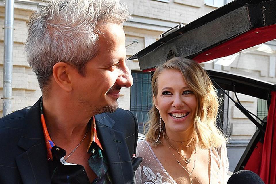 Гости Ксении Собчак и Константина Богомолова стали свидетелями их первого поцелуя и трогательного танца