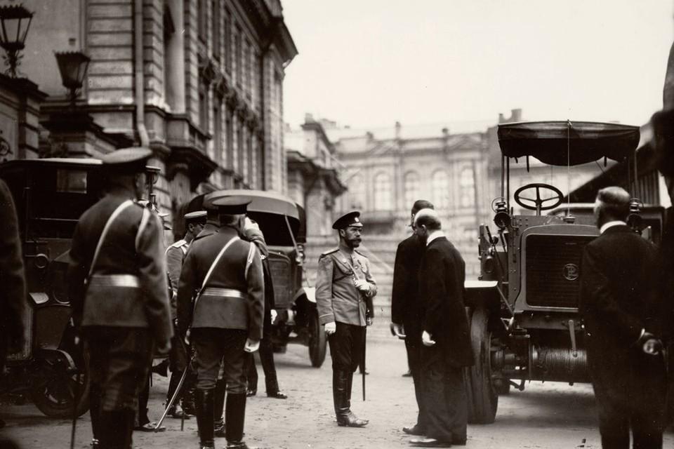 Николай II осматривает экспозицию грузовиков на IV Международной автомобильной выставке, устроенной Императорским российским автомобильным обществом в Михайловском манеже с 5 по 19 мая 1913 года. Фото: Пресс-служба ФСО России
