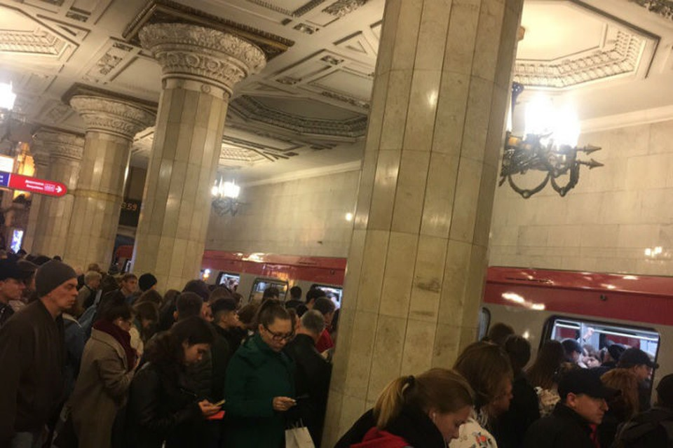Утром в метро Петербурга произошел затор из-за технической неисправности светофоров