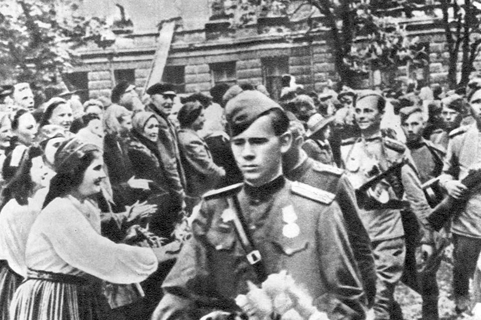 Население освобожденных населенных пунктов и хуторов радушно встречает части Красной армии, бойцов и офицеров