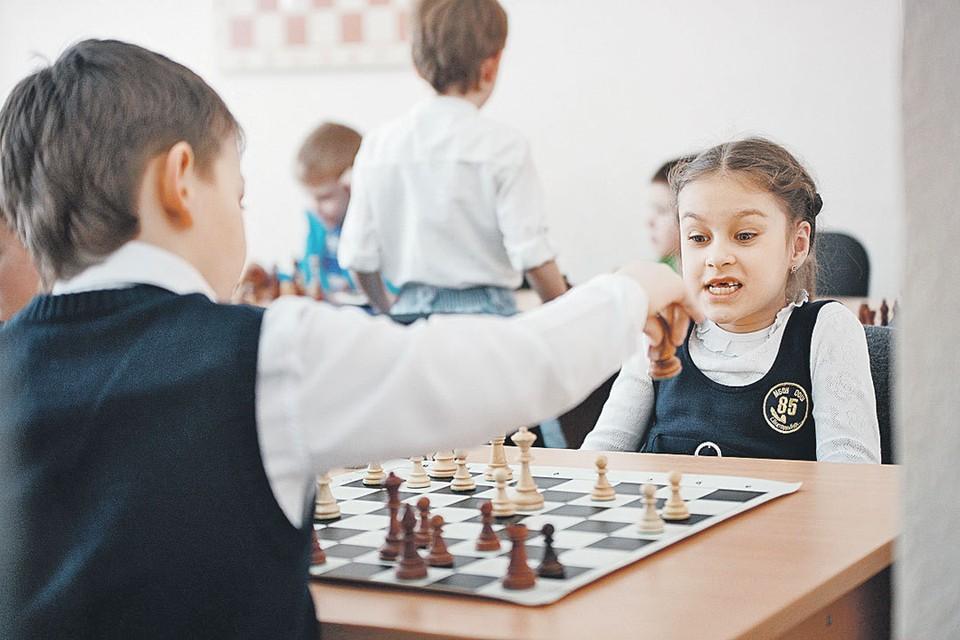 Сегодня во многих школах шахматы - один из уроков.