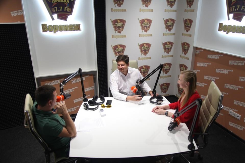 """Андрей Васильевич в студии радио """"КП - Воронеж""""."""