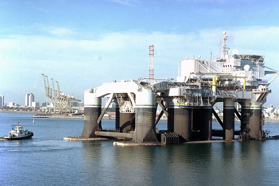 «Морской старт» готовят к переходу из порта Лонг Бич в порт Большой Камень. Фото Виктора Катаева (ТАСС)