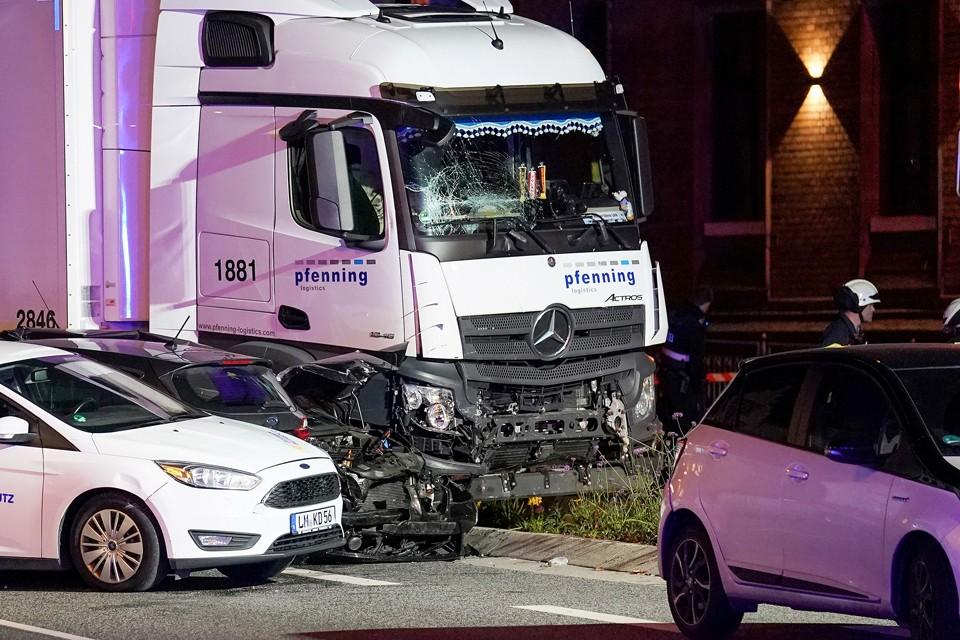 32-летний мигрант из Сирии угнал грузовик и направил его на несколько легковых автомобилей