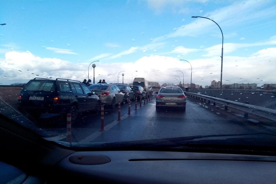 На закрытом для ремонта мосту столкнулась вереница легковушек. Фото: gorod214.by.