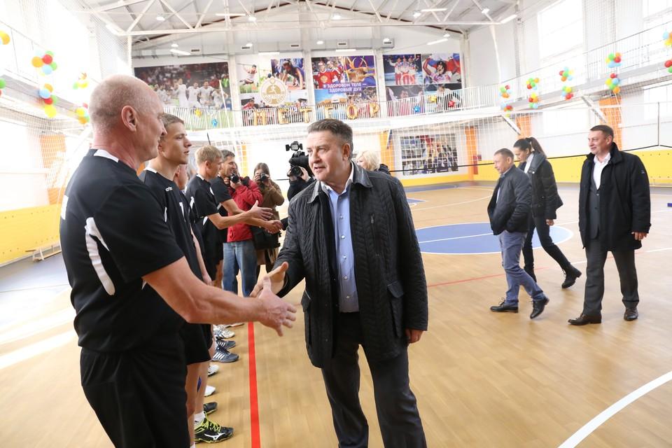 Андрей Шимкив открывает спортивный комплекс, рядом с ним юный сузунец, давший учреждению название.
