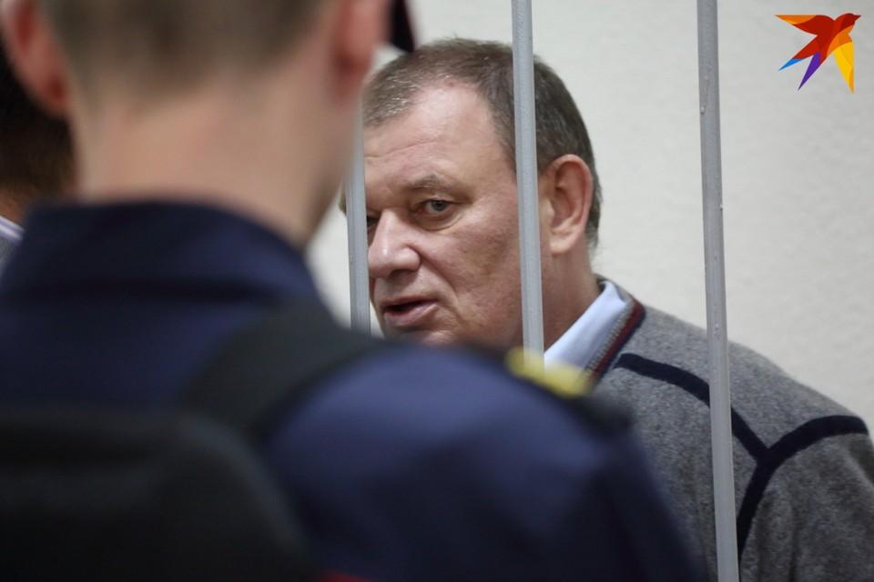 Сторона обвинения считает, что Валерий Шевчук брал взятки за выдачу регистрации лекарств.